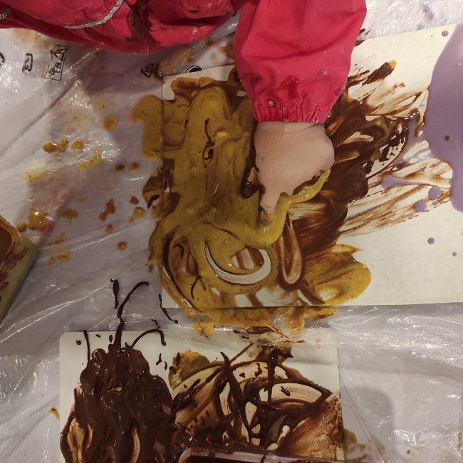 Peinture alimentaire avec les tout-petits